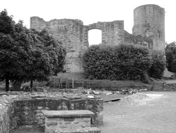 Die Ruine der Burg Polle an der Weser (Foto: Kölle, August 2005)