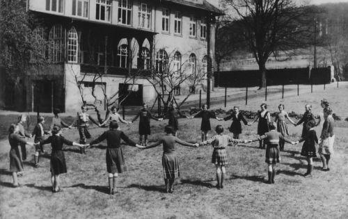 Spielende Kinder vor dem Mädchenhaus