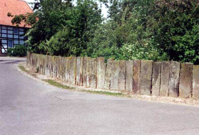 Steinplattenzaun am Kirchweg 2 / Ecke Kurze Straße (Foto: Tegtmeier, Juni 02)
