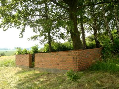 Die Ziegelmauer umgibt den Friedhof (Foto: Pülm, Juni 2005)