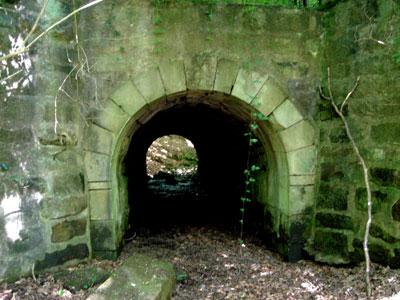 Die Südseite der alten Brücke (Foto: Kölle, Juni 2005)