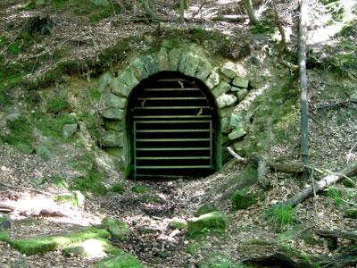 Der verschlossene Eingang zum Stollen (Foto: Kölle, Juni 2005)