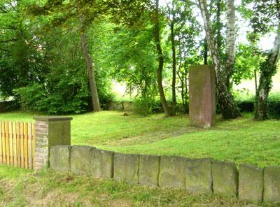 Gedenkstein und Steinplattenzaun (Foto: Pülm, Juni 2005)