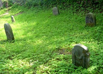 Alte Grabsteine auf dem jüdischen Friedhof (Foto: Pülm, Juni 2005)