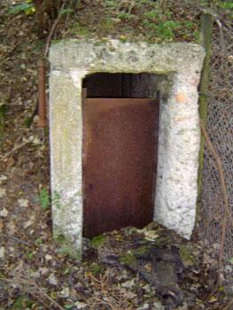 Der Eingang zu einem alten Bunker. (Foto: Lassan, September 2005)