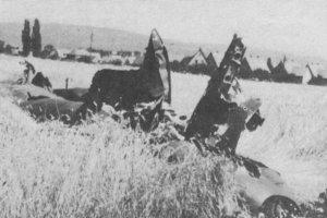 Überreste eines amerikanischen Bombers in einem Kornfeld beim OKAL-Gelände